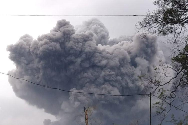 Gunung Semeru meletus pada Sabtu (16-1-2021). (Twitter @thoriqul_haq)